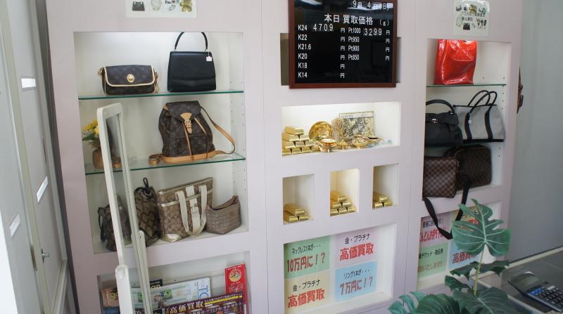 店内には多くのブランド品が陳列してあります