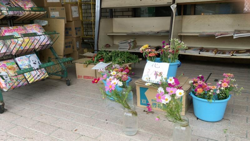 店前で売られるお花
